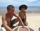 Quảng Bình: Báo động thực trạng học sinh vùng biển bỏ học mưu sinh