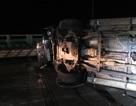 Xe 7 chỗ bị container  tông lật nhào, hành khách thoát chết