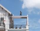 Nam thanh niên nhảy múa trên nóc nhà 3 tầng