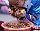 Ăn hết hơn 1 kg côn trùng rán, du khách nhận được vàng thỏi