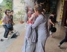 Nhà chùa cho khách mượn váy choàng để tránh mặc phản cảm