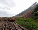 """4h sáng mai, thông tuyến đường sắt bị """"chôn vùi"""" tại Yên Bái"""