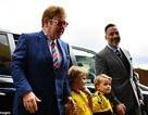 Elton John đưa 2 con đi xem đá bóng