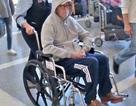 "Danh ca ""Tears in Heaven"" ngồi xe lăn tại sân bay"