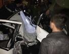Dùng kìm cộng lực giải cứu 2 người mắc kẹt trong ô tô