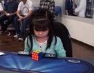 Thán phục bé gái 3 tuổi giải khối rubik trong... 47 giây