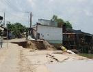 Hãi hùng khoảnh khắc 14 căn nhà bị kéo sụp xuống sông