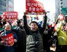 Người Hàn Quốc khóc, cười khi Tổng thống bị phế truất