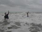 Quảng Ngãi: Cưỡi sóng săn cá đối mùa biển động