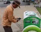 Du khách và người dân thích thú sạc điện thoại bằng... thùng rác thông minh