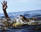 Rủ nhau chèo xuồng ra hồ, 2 cháu bé đuối nước thương tâm