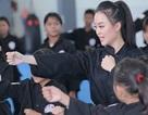 Nữ sinh phòng cháy chữa cháy xinh đẹp dạy võ cho trẻ em lang thang