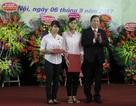 Học viện Quản lý giáo dục tặng học bổng cho sinh viên khiếm thị trong lễ khai giảng