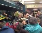 """""""Hỗn chiến"""" trong siêu thị Anh vì tranh nhau rau củ giảm giá"""