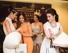 Á hậu Huyền My tặng nón lá cho top 5 Miss Grand International 2017