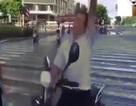 Bị CSGT chặn, người đàn ông giở chiêu cực lạ thoát thân