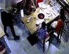 Trung Quốc: Nhân viên trượt chân, đổ cả nồi lẩu vào mặt khách