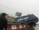 """Tai nạn liên hoàn ở cầu Thanh Trì, container """"vượt rào"""" lao xuống đường gom"""