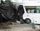 Xe chở 40 khách nước ngoài lao vào nhà dân, vỡ nát đầu
