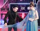 Trấn Thành không ngại chỉnh váy cho vợ trên thảm đỏ