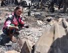 Bới đống tro tàn nhặt nhạnh tài sản sót lại sau vụ cháy hơn 70 nhà dân
