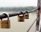"""""""Khóa tình yêu"""" hoen gỉ trên cầu Long Biên lịch sử"""