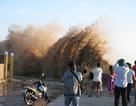Sóng đánh vỡ toác kè đê biển, đe dọa hàng trăm nhà dân