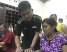 Lớp học xóa mù chữ vùng biên giới của hai thầy giáo mang màu áo lính