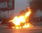 Xe ô tô bốc cháy ngùn ngụt khi đang chạy trên đường