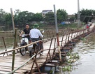 Cầu cũ bị đập, cầu mới chưa xây, dân chòng chành qua cầu phao