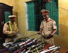 CSGT bắt hàng loạt xe khách vận chuyển gần 70 kg pháo nổ, súng, đao kiếm