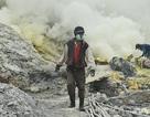 Cuộc sống của những người khai thác lưu huỳnh từ miệng núi lửa phun trào