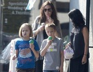 Angelina Jolie đưa các con đi mua sắm cho Halloween