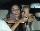 Justin Bieber tình tứ với cô gái lạ