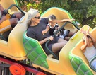 Kim Kardashian đón tuổi mới Disneyland cùng 2 con