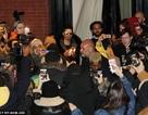 Fans bao vây vợ chồng cô Kim