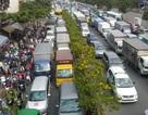 Đường Phạm Văn Đồng dẫn vào Tân Sơn Nhất kẹt cứng nhiều giờ