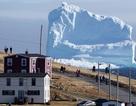 """Núi băng """"quái vật"""" đột ngột xuất hiện trước cửa nhà"""