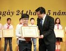 Thành tích đáng ngưỡng mộ của cậu bé từng tặng hoa Nhà vua Nhật Bản