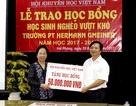 Chủ tịch Hội KHVN Nguyễn Thị Doan trao học bổng đến Trường PT Hermann Gmeiner