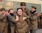 Ảnh ông Kim Jong-un cõng người lạ gây xôn xao