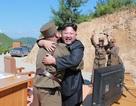 Ông Kim Jong-un trọng thưởng gì cho các chuyên gia phát triển tên lửa?