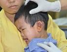 Một bé trai 3 tuổi bị tôn cắt ngang vành tai