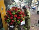 Chi 30 triệu đồng/lẵng, quý ông hào phóng mua 100 bông hồng Ecuador tặng 8/3