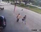 Người đi bộ suýt mất mạng vì bị lốp xe văng trúng đầu
