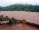 Cảnh nước lũ dâng ngập gần nóc nhà ở Điện Biên