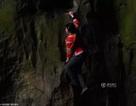 Cô gái tay không leo vách núi dựng đứng gây sốc mạng xã hội