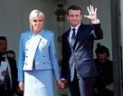 Tổng thống Pháp mặc vest bình dân, phu nhân mặc đồ đi mượn trong lễ nhậm chức