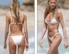 Siêu mẫu áo tắm hút hồn với bikini trắng