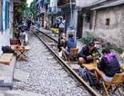 Hà Nội: Khách tây uống cà phê giữa đường tàu, có nguy hiểm?